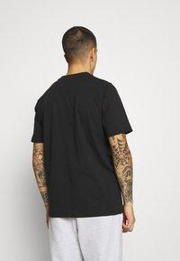 adidas Originals - TREF OMBRE UNISEX - T-shirt med print - black - 2