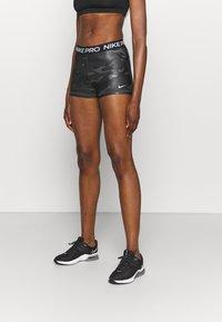 Nike Performance - CAMO - Legginsy - dark smoke grey/white - 0