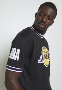New Era - NBA LOS ANGELES LAKERS OVERSIZED APPLIQUE TEE - Print T-shirt - black - 4