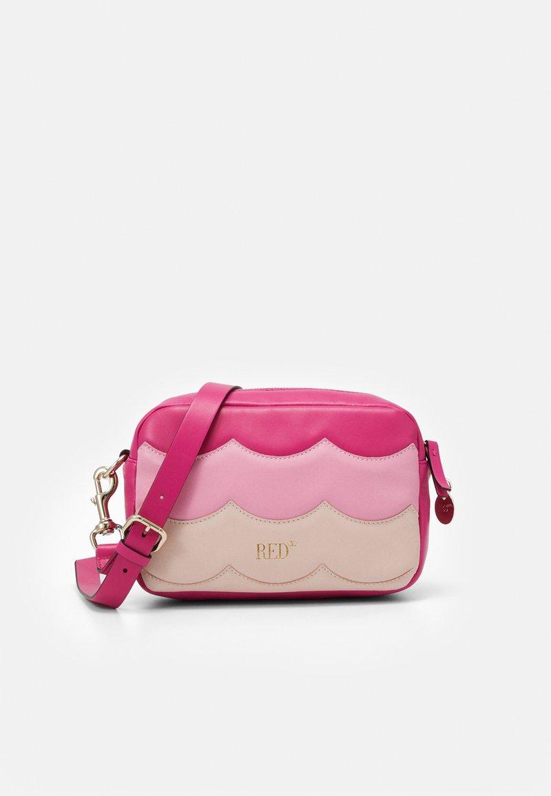 Red V - SCALLOP BLOCK CAMERA - Taška spříčným popruhem - glossy pink/peach/blossom nude