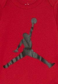 Jordan - JUMPMAN BOOTIE SET  - Baby gifts - gym red - 3