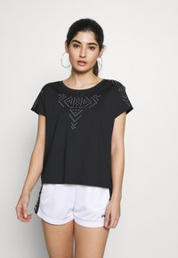 ONLY PLAY Petite - ONPFIONA ATHL LOOSE TEE - Camiseta estampada - black/white - 0