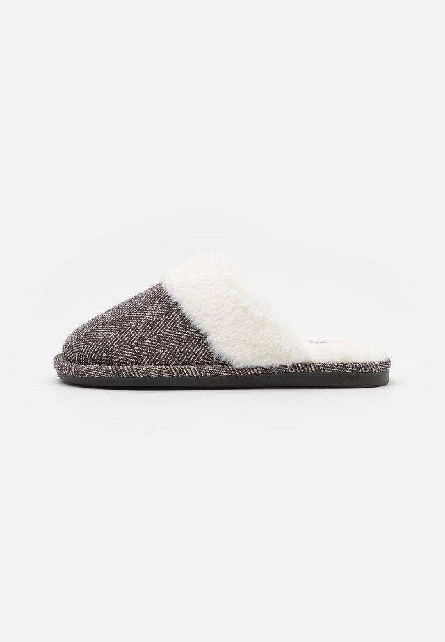 LACHLAN SLIPPERS - Domácí obuv - grey