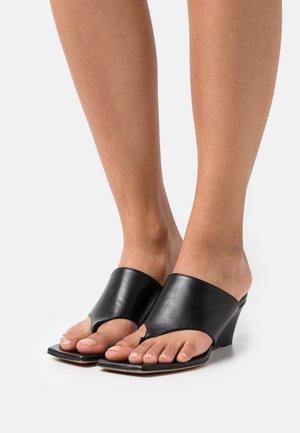 WEDGES - Sandály s odděleným palcem - black