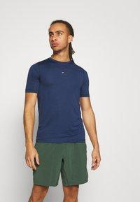 Tommy Hilfiger - MOTION FLAG TRAINING TEE - Basic T-shirt - blue - 0