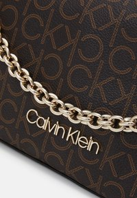 Calvin Klein - CROSSBODY CHAIN - Håndveske - brown - 4