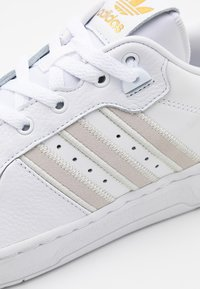 adidas Originals - RIVALRY SPORTS INSPIRED SHOES UNISEX - Baskets basses - footwear white/orbit grey/gold - 7