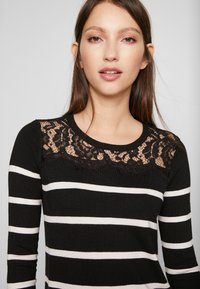 Vero Moda Petite - VMLACOLE LACE DRESS - Vestido de punto - black/snow white/black lace - 3