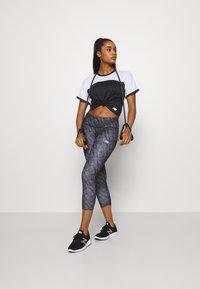 New Balance - PRINTED ACCELERATE CAPRI - Pantalon 3/4 de sport - black - 1