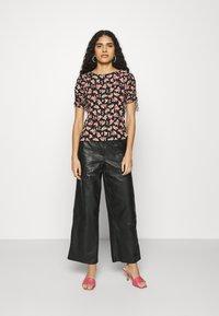 Dorothy Perkins - PRINT RUCHED SLEEVE TEE - Print T-shirt - black - 1