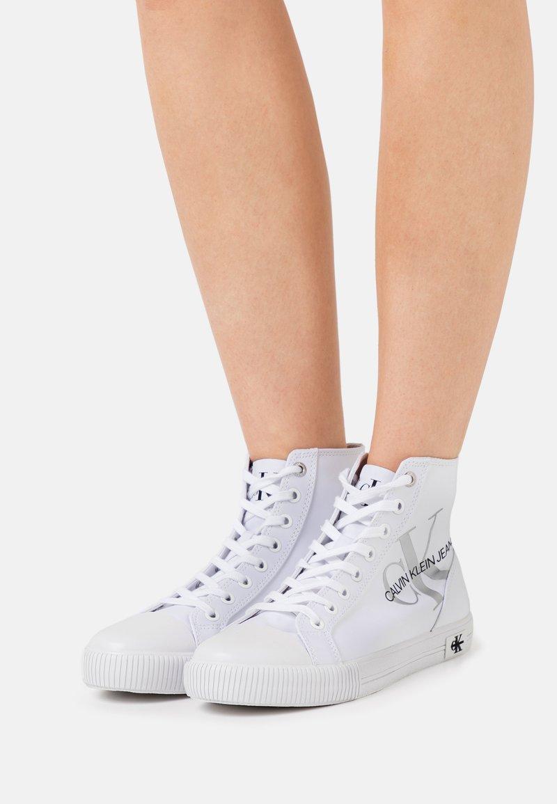 Calvin Klein Jeans - VULCANIZED - Sneakers hoog - bright white
