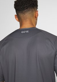 Gore Wear - C5 TRAIL TRIKOT KURZARM - T-Shirt print - dark graphite grey - 6