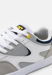 DC Shoes - KALIS VULC - Skate shoes - white/grey - 5