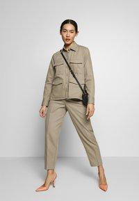Filippa K - KARLIE TROUSER - Spodnie materiałowe - khaki - 1