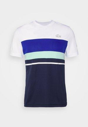 TENNIS - T-shirt med print - blanc/bleu marine/bleu/vert/blanc
