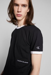 Calvin Klein Jeans - CONTRASTED RINGER TEE - Basic T-shirt - black/white - 4