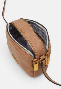 SURI FREY - LEONY - Across body bag - taupe - 2