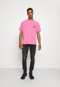Vintage Supply - OVERDYE BRANDED TEE - T-shirt z nadrukiem - pink - 1