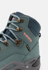 Lowa - RENEGADE GTX MID - Zapatillas de senderismo - eisblau/lachs - 5