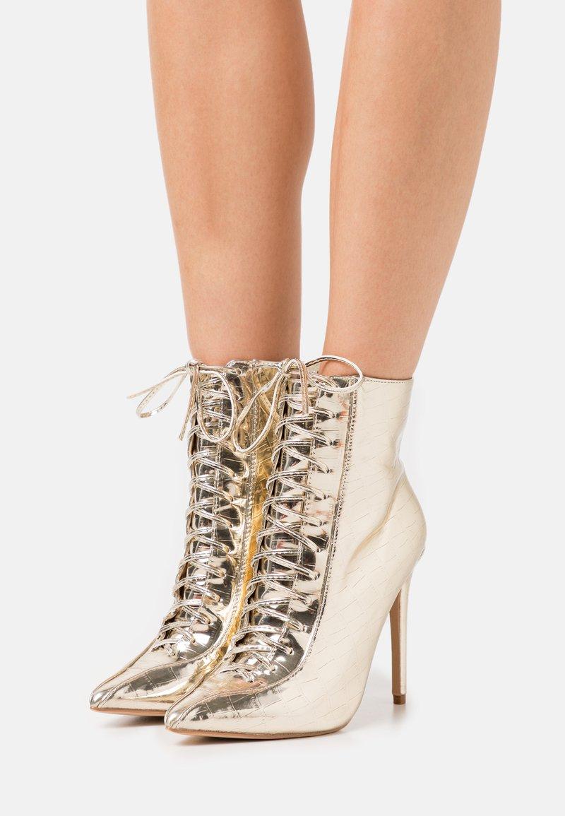 BEBO - SAVIOUR - Kotníková obuv na vysokém podpatku - gold