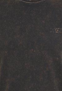 Han Kjøbenhavn - CASUAL TEE - Print T-shirt - brown acid - 6