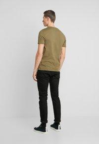 Lyle & Scott - CONTRAST POCKET - T-shirt z nadrukiem - lichen green/ navy - 2
