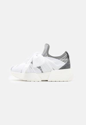 Nazouvací boty - drizzle/white