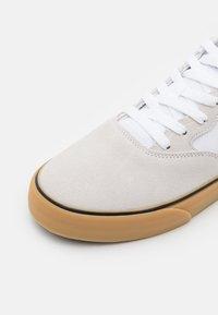 Nike SB - CHRON 2 UNISEX - Trainers - white/obsidian/white/light brown/black - 5