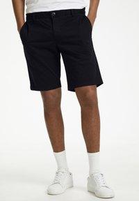 Matinique - MAPRISTU SH CHINO - Shorts - black - 0