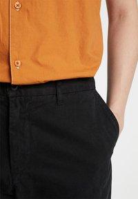 Carhartt WIP - JOHNSON PANT KINGSVILLE - Pantalones - black - 3