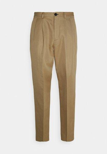 MENS TROUSER PLEAT FRONT - Trousers - khaki