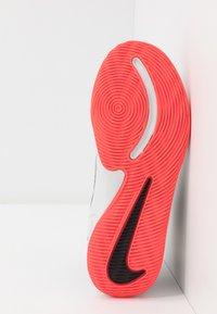 Nike Performance - TEAM HUSTLE 9 UNISEX  - Basketbalové boty - light smoke grey/black/laser crimson - 5