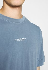 G-Star - REFLECTIVE LOGO LOOSE OD R T S\S - T-shirt med print - blue - 4