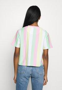 Karl Kani - SIGNATURE STRIPE TEE - Print T-shirt - green/white/pink/yellow - 2