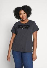Levi's® Plus - PERFECT - T-shirts med print - meteorite - 0
