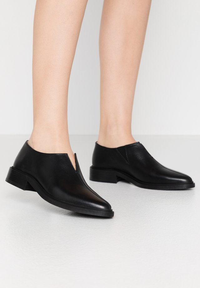 PRIME MINIMAL OXFORD SHOE - Loaferit/pistokkaat - black