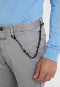 CLOSED - CLIFTON SLIM - Chinosy - shade grey - 4