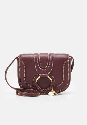 HANA SMALL - Taška spříčným popruhem - obscure purple