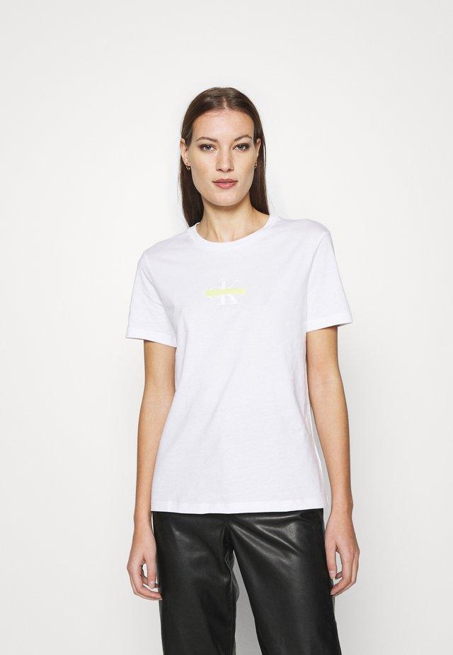 CENSORED SLIM TEE - Triko spotiskem - bright white