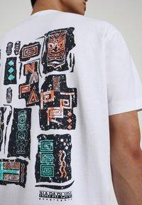 Napapijri - S-KEE - T-shirt z nadrukiem - bright white - 5