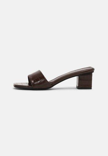 CECIL - Pantofle na podpatku - choc