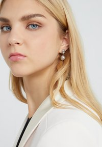 Tory Burch - LOGO DROP EARRING - Earrings - silver-coloured - 1