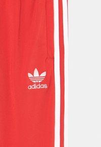 adidas Originals - UNISEX - Verryttelyhousut - red/white - 2