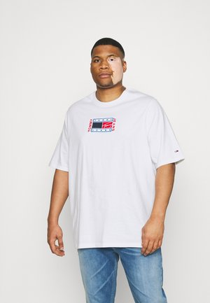 PLUS TIMELESS Y FLAG TEE - Triko s potiskem - white