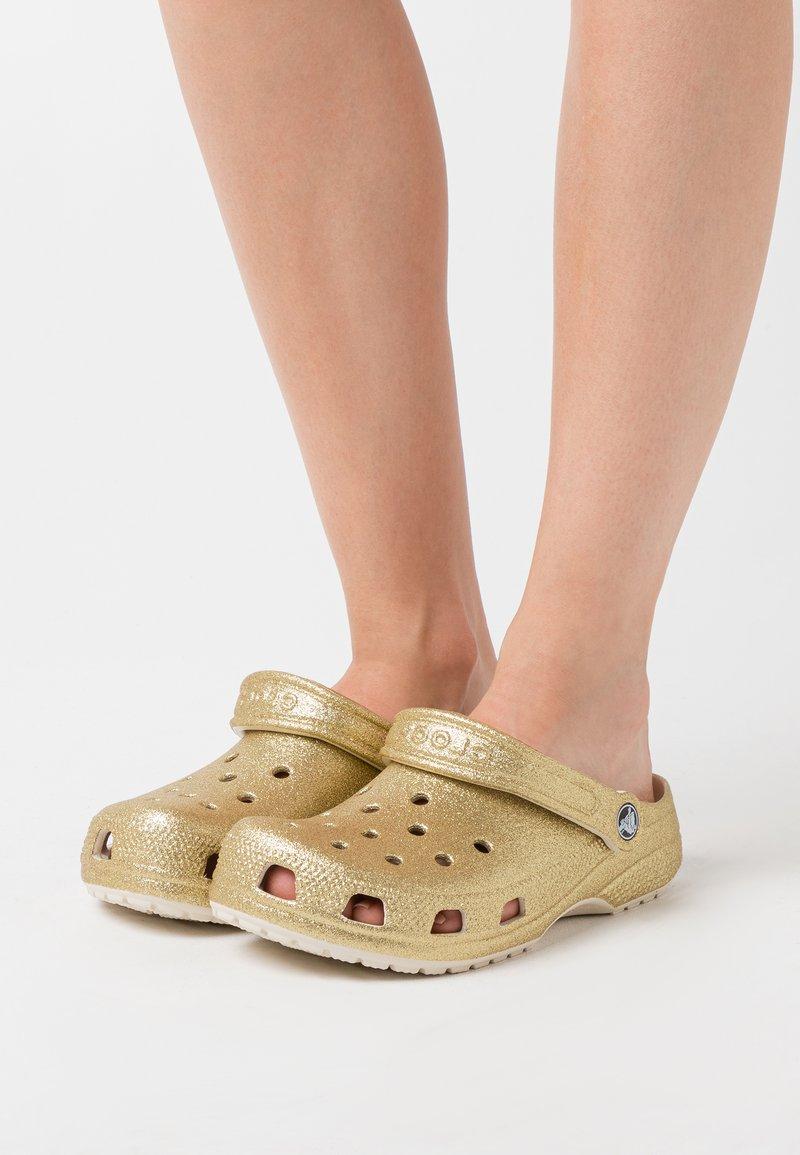 Crocs - CLASSIC GLITTER  - Mules - light gold