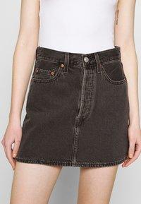 Levi's® - RIBCAGE SKIRT - Spódnica mini - washed noir black - 4