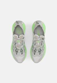 Reebok Classic - ZIG KINETICA II UNISEX - Sneakersy niskie - grey/neon green - 3