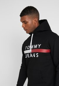 Tommy Jeans - REFLECTIVE FLAG HOODIE - Hoodie - tommy black - 4