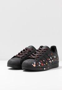 adidas Originals - 2020-02-01 SUPERSTAR  SHOES - Sneakers laag - core black/footwear white/glow pink - 4