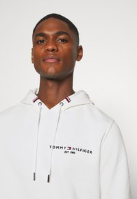 Tommy Hilfiger - SMALL LOGO HOODY - Sweat à capuche - white - 4